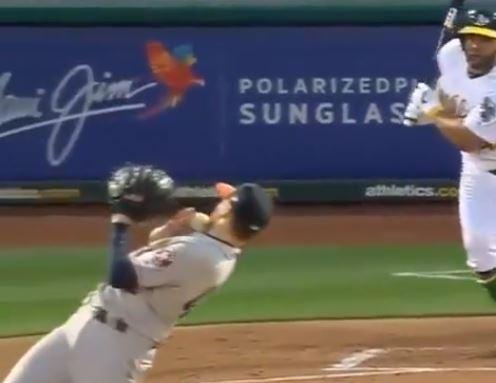 """¡UUFFF! El movimiento """"a lo Matrix"""" de este pitcher para evitar que un pelotazo lo dejara sin mandíbula (VIDEO)"""