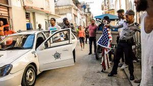 EN VIDEO: Así fue detenido este joven cubano por ondear la bandera de EEUU