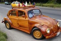 ¡Amor de padre! Conduce miles de kilómetros en un escarabajo de madera por una promesa a su hija (Video)