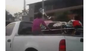 ¡Indignante! En una PICK UP trasladan a un paciente por falta de ambulancias en el país (VIDEO)