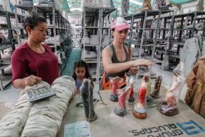 La peregrinación de una venezolana para vender estatuas religiosas en Colombia