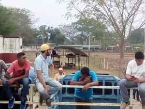 """LA FOTO: Así duermen los soldados que """"resguardan"""" el parque ferias en Achaguas"""