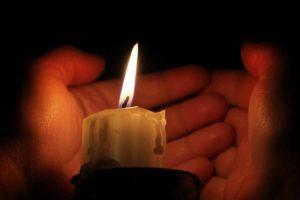Medio sueldo por cinco velas, así se vive sin luz en Venezuela