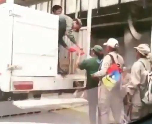 Milicianos se clavan en una cola HUMILLANTE para recibir solo UNA AREPA de Maduro (Video)