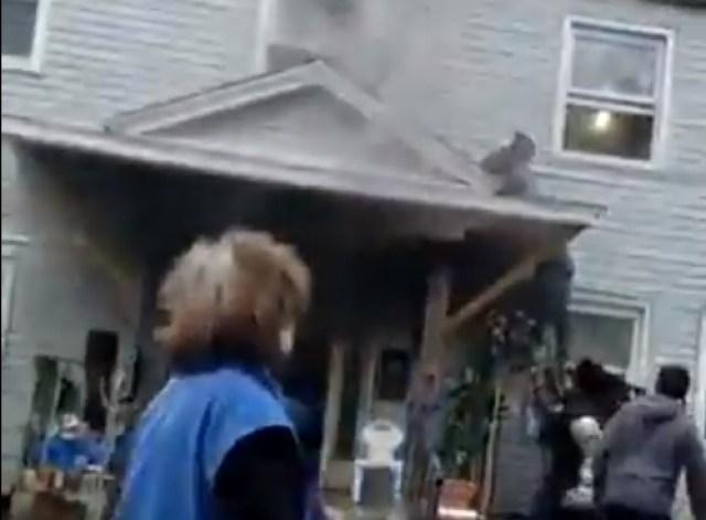 ¡Héroes! Un hombre salta desde la ventana de una casa en llamas y vecinos le salvan la vida (Video)
