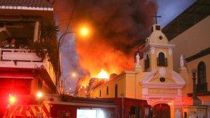 Más de 500 bomberos controlaron gran incendio en el centro de Lima