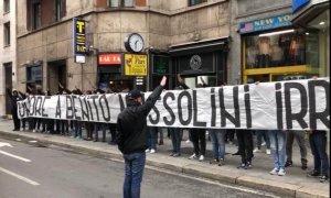 ¡Qué vergüenza! Despliegan una pancarta a favor de Mussolini antes del Milan-Lazio (Video)