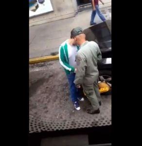 Pillan a este GNB recibiendo soborno para quitar cepo de un carro en Maiquetía (VIDEO)