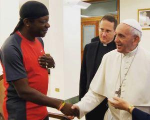 """El papa Francisco afirmó que cualquiera que descarte a los homosexuales """"no tiene un corazón humano"""""""