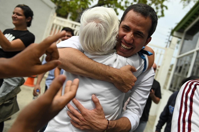 """""""Siguen de pie, formando nuestro futuro"""": Guaidó rindió homenaje a los maestros venezolanos"""