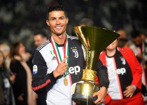 ¡Ups! Cristiano Ronaldo le pega rolo e' trancazo en el ojo a su hijo… con el trofeo (VIDEO)