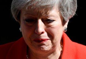 Theresa May rompe en llanto durante su discurso de dimisión (VIDEO)