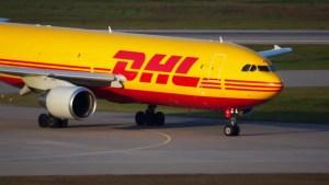 DHL anuncia suspensión de envíos y recepción de carga entre Venezuela y EEUU