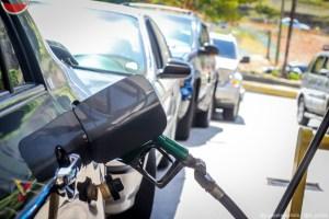 Hasta en carpa duermen los conductores en la cola para surtir gasolina en Valencia (Video)