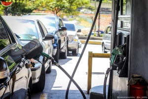 Entre gasolineras cerradas y largas colas: Así se vive la escasez de combustible en Venezuela #14Dic (fotos)