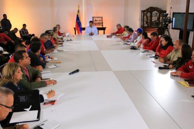 Nicolás Maduro acompañado de la gerencia que integra al Psuv.
