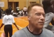 EN VIDEO: Atacan con una patada voladora a Arnold Schwarzenegger en Sudáfrica