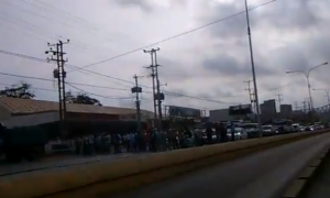 Pensionados cierran la avenida intercomunal de Puerto La Cruz #22May (video)
