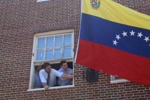 Carlos Vecchio tomó el control de la embajada venezolana en EEUU