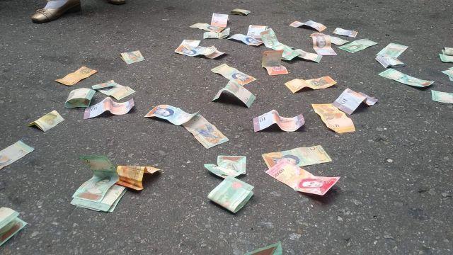 Vecinos y jubilados lanzan billetes en las puertas del BCV y dicen que el Bolívar no vale nada 3
