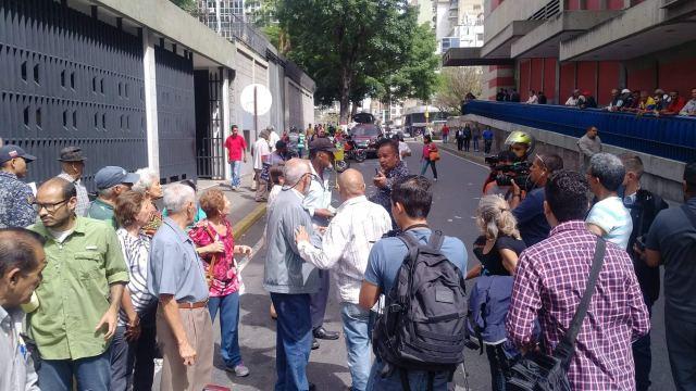 Vecinos y jubilados lanzan billetes en las puertas del BCV y dicen que el Bolívar no vale nada 4