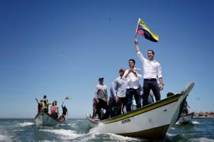 Juan Guaidó llega a Nueva Esparta ondeando la bandera desde un peñero (VIDEO)
