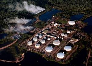 Miles de barriles de crudo arden en región fronteriza de Colombia tras ataque guerrillero