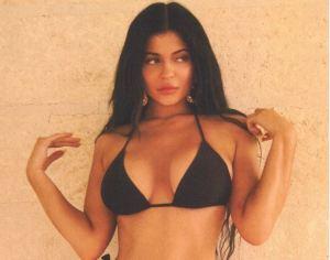 La BELLA Kylie nos alegra el día con su figura escultural en un irresistible bikini negro (FOTOS+WOW)