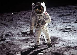 Astronautas de Apolo se reúnen en la plataforma de lanzamiento 50 años después de ir a la Luna