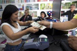 AP: La moribunda economía venezolana se toma un respiro