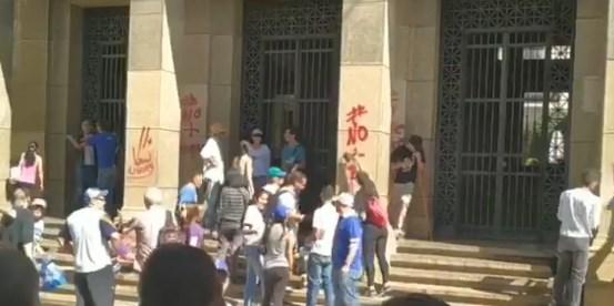 Estudiantes de la ULA limpian fachadas pintadas por seguidores de Maduro