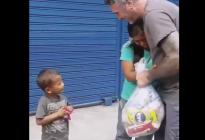 La REACCIÓN de esta madre y su hijo cuando les regalaron una bolsa de alimentos (VIDEO)
