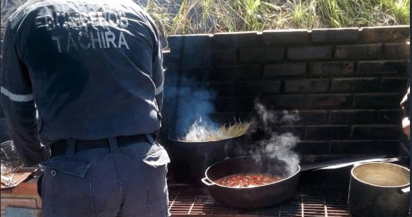 Bomberos del Táchira cocinan a leña. Imagen cortesía.