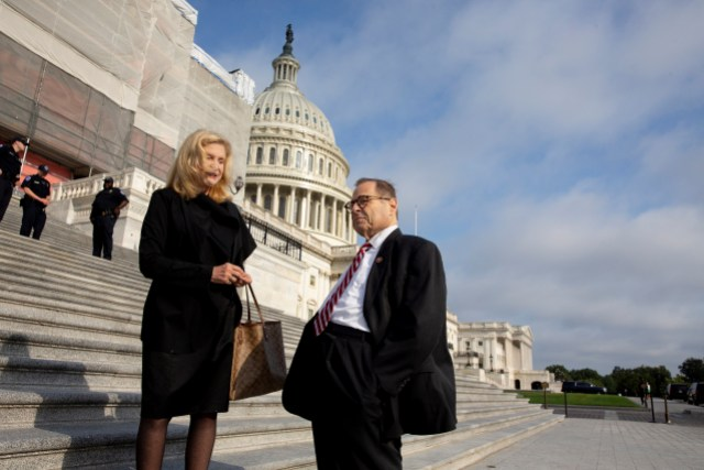 El presidente del Comité Judicial de la Cámara, el demócrata Jerry Nadler (R) habla con el representante demócrata de Nueva York Carolyn Maloney (