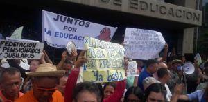 El dolor del maestro en Venezuela: Zapatos de caucho, sin jabón y 35 kilos menos (VIDEO)