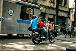 LA FOTO: Colectivos paramilitares dispararon en la protesta de docentes a la vista de la PNB