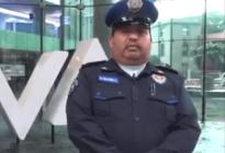 ¡Hay esperanza en la humanidad! Un policía devolvió una mochila con mil 600 dólares (VIDEO)
