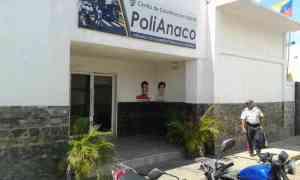 Gallos picotean a reclusos desnudos en Anaco mientras la policía los golpea con tablas (VIDEO)