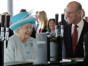 La reina Isabel II tuvo un bar en el palacio… ¡pero lo cerró porque el personal se emborrachaba!