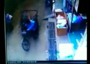 ¡Impactante milagro! Bebé cayó de un edificio y un mototaxi que pasaba le salvó la vida (Video)