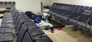 El calvario que viven los venezolanos en el aeropuerto de Cancún antes de ser deportados (FOTOS)