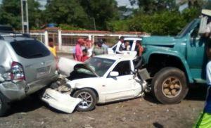 Al menos 15 heridos tras choque de gandola con 15 carros en bomba de gasolina en Sarare