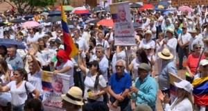 Seguidores de Álvaro Uribe lo apoyan con marchas antes de que comparezca ante la justicia