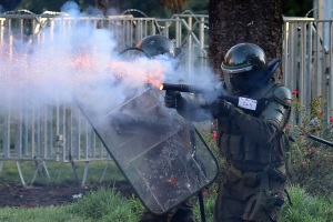 Tribunal de Chile dicta prisión preventiva a policías por torturas a joven en protestas