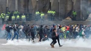 EN VIDEO: Manifestantes y fuerzas policiales se enfrentan sin tregua en el centro de Bogotá