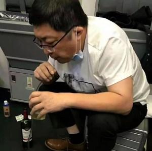 Médico succionó la orina de un pasajero con problemas de vejiga durante un vuelo y le salvó la vida