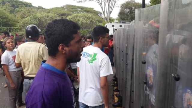 Estudiantes de la UCV confrontan a militares venezolanos. Fotos: @jacksonvodopija.