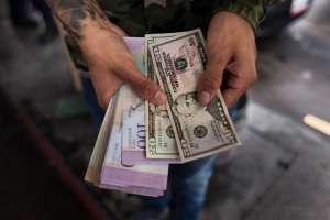 ¿Dólares o bolívares? Banca debate sobre la denominación para retiros en taquilla