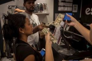 El dólar se convirtió en la moneda predilecta de los comerciantes en Venezuela
