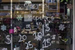Precios en dólares resaltan en vitrinas de comercios del centro de Caracas